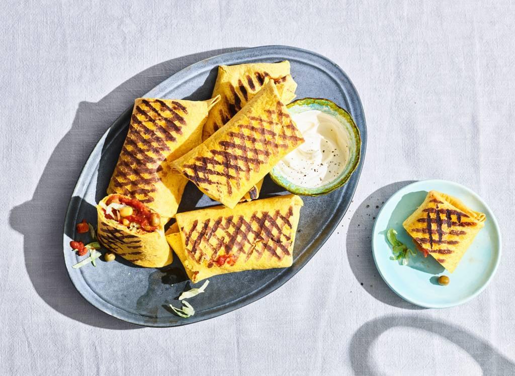 Mexicaanse tortilla met ijsbergsla en peen julienne