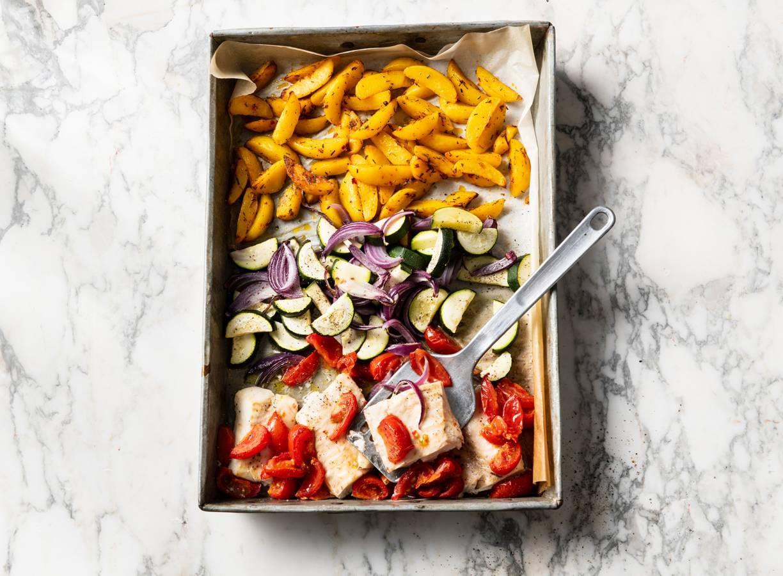 Traybake van kabeljauw, courgette, aardappel en tomaat