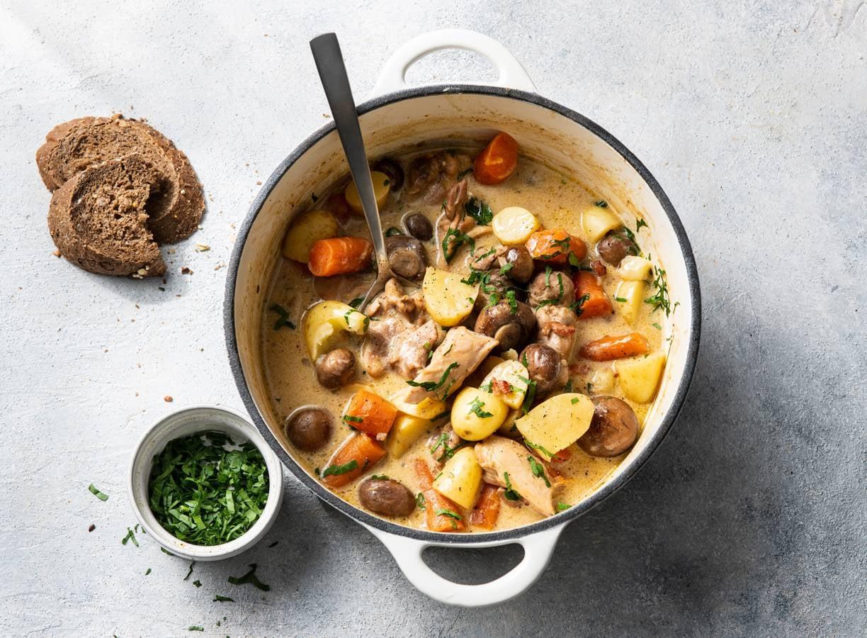 Kipstoof met wortel, spek, krieltjes & kastanjechampignons