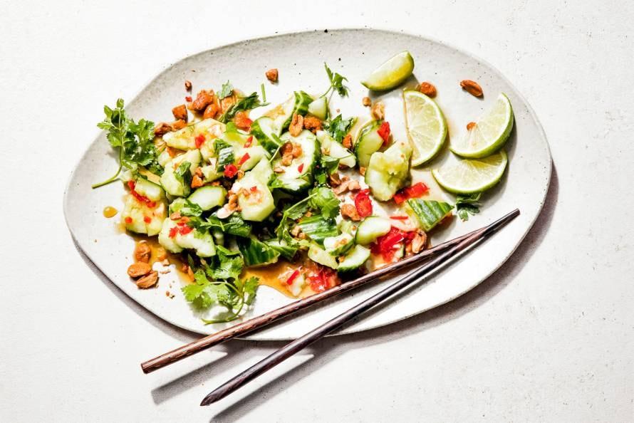 Thaise salade van gekneusde komkommers