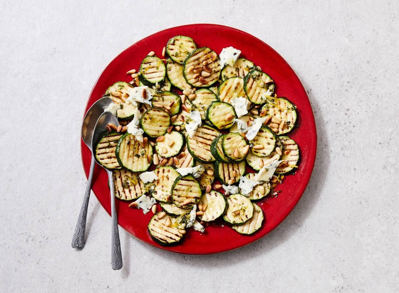 Gegrilde-courgettesalade met rozemarijnolie en gorgonzola