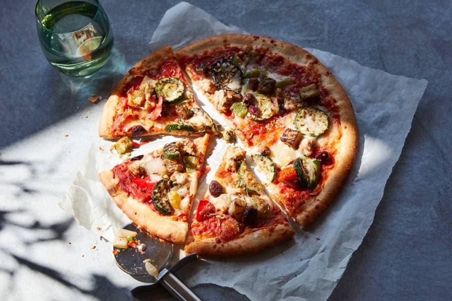 Pizza met worst en gegrilde groenten