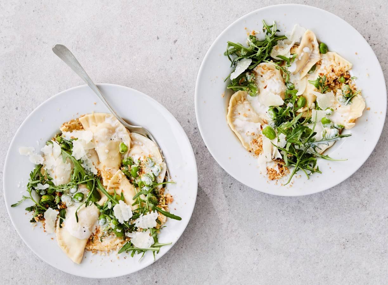 Zelfgemaakte ravioli met artisjok en pangrattato