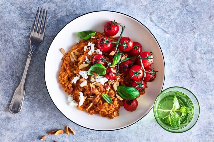 Tomatenrisotto met gegrilde tomaatjes, amandelen & basilicum