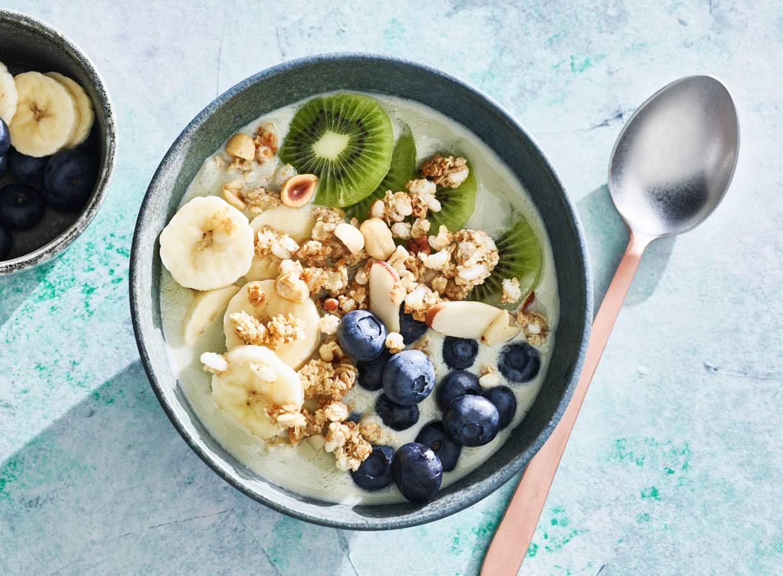 Smoothiebowl met Griekse yoghurt, krokante muesli & vers fruit