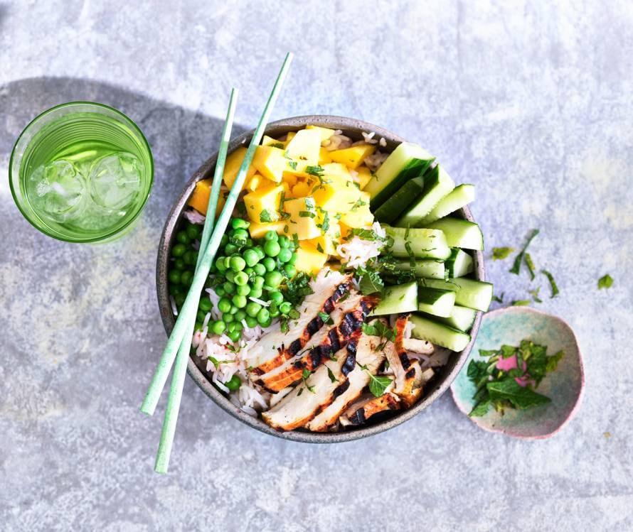 Snelle rijstbowl met velderwtjes, mango en gegrilde kip