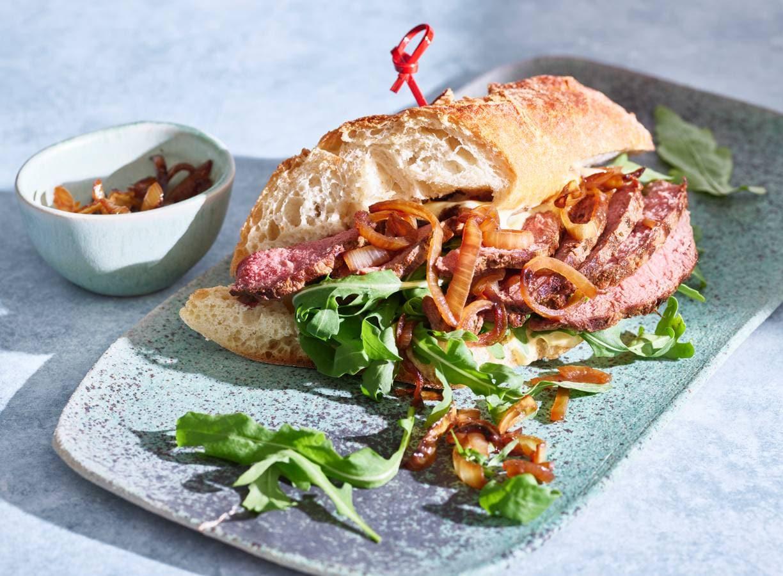 Steak sandwich met gekaramelliseerde uien