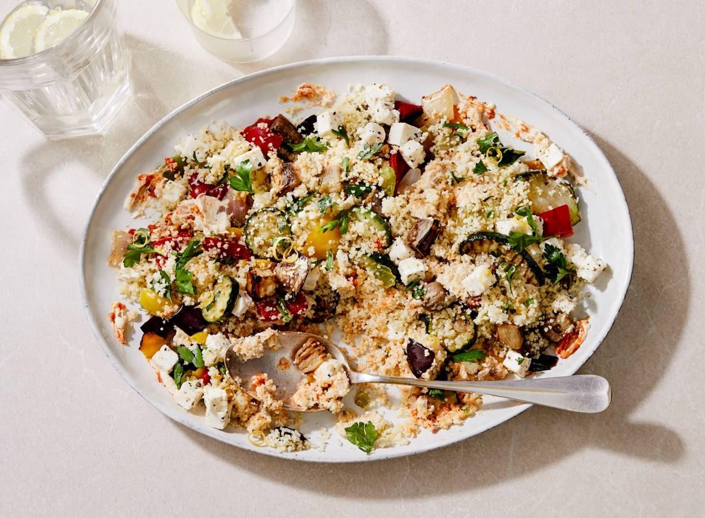 Couscoussalade met gegrilde groenten, hummus en witte kaas