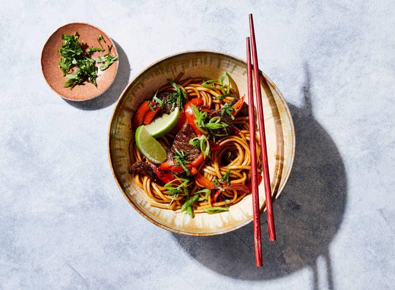 Noedels met paprika, biefstuk en ketjap