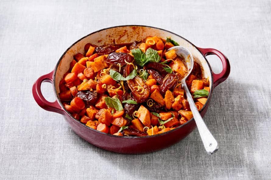 Tajine met zoete aardappel, wortel en dadels