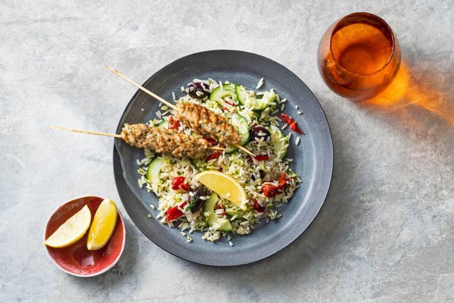 Griekse rijstsalade met kipspies, dille & olijven