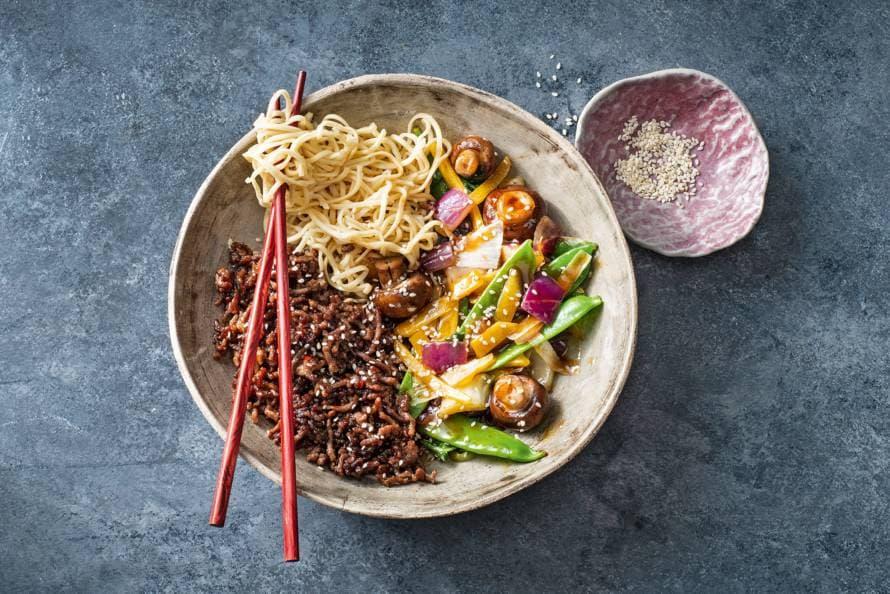 Noedels met krokant gebakken gehakt & Japanse wokgroente