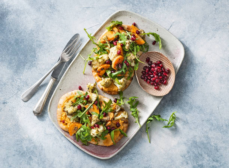 Naanbrood belegd met hummus & geroosterde groente