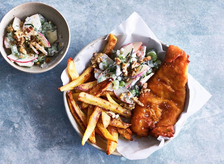 Fish & chips met knapperige appelsalade & yoghurtsaus