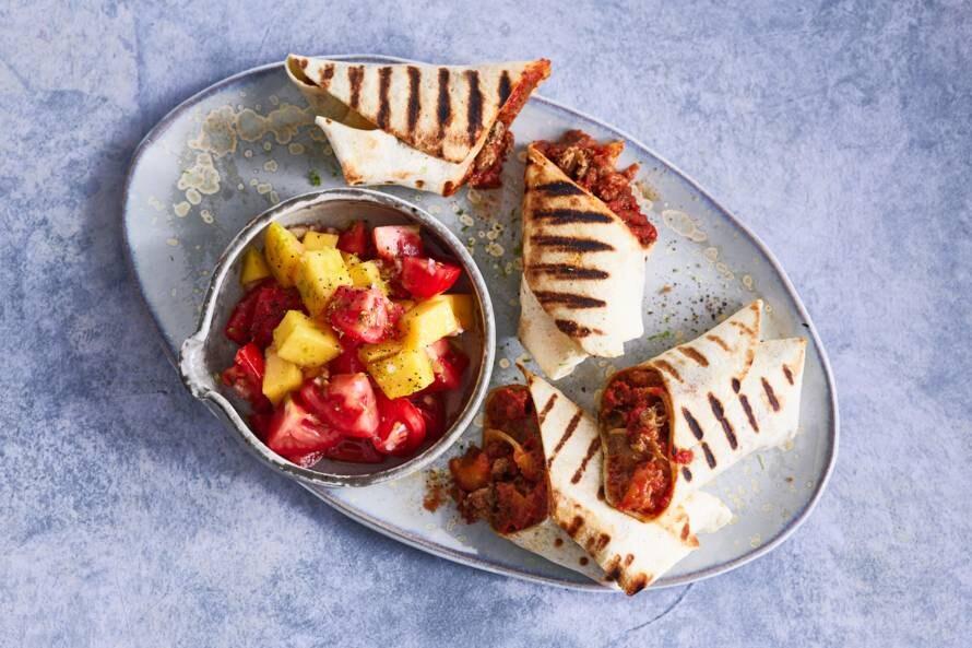 Gegrilde wraps met tomaten-mangosalade