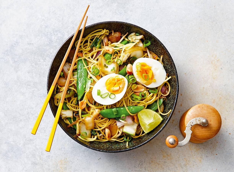 Woknoedels met ei en pinda's