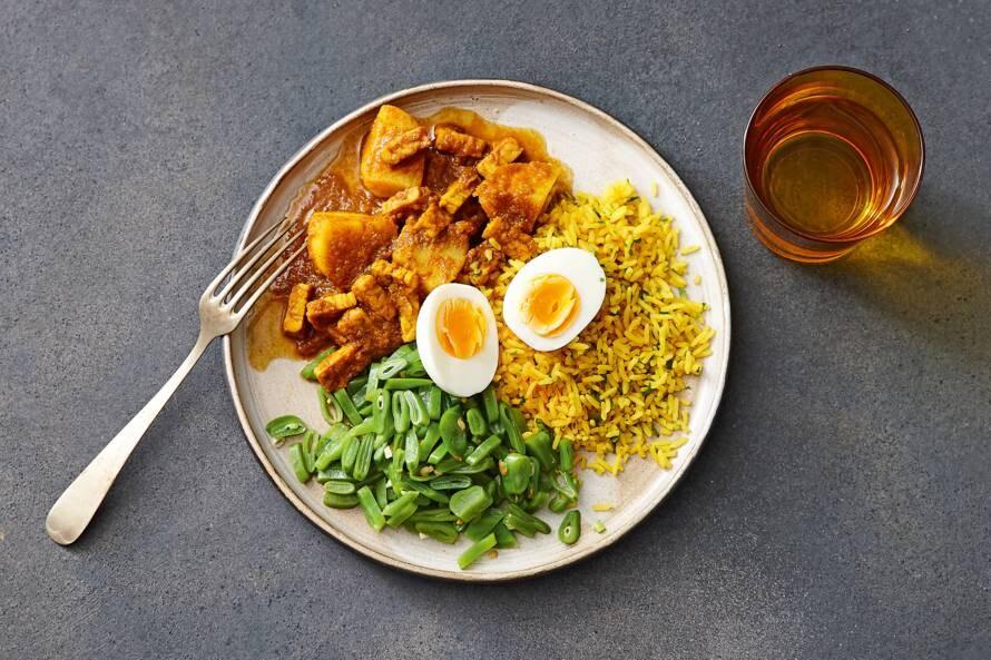 Kruidige tempehstoof met knoflookboontjes & rijst