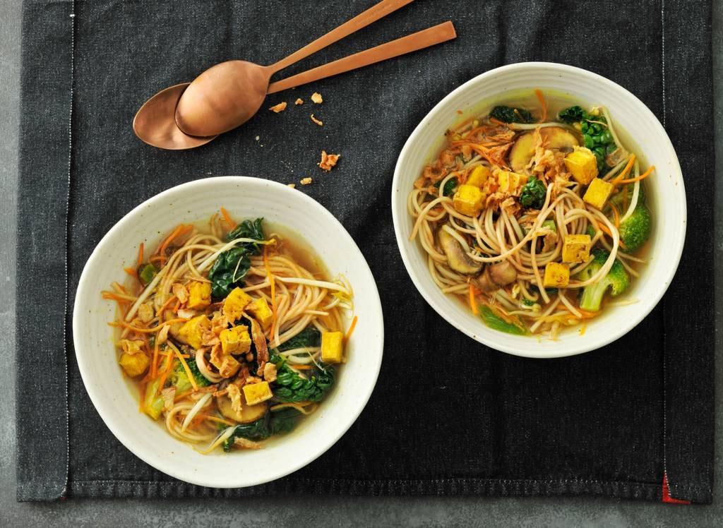 Vegetarische ramen met kurkuma en cavolo nero