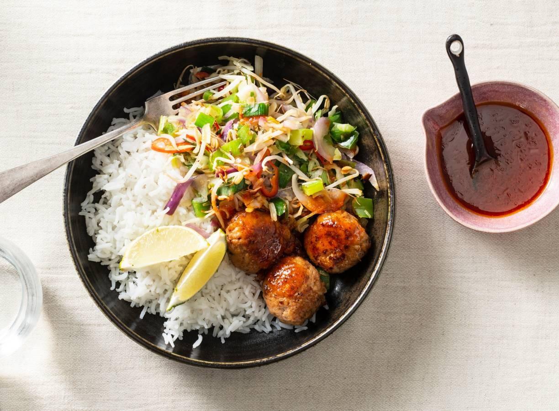 Zoet-pittige gehaktballetjes met wokgroente en rijst
