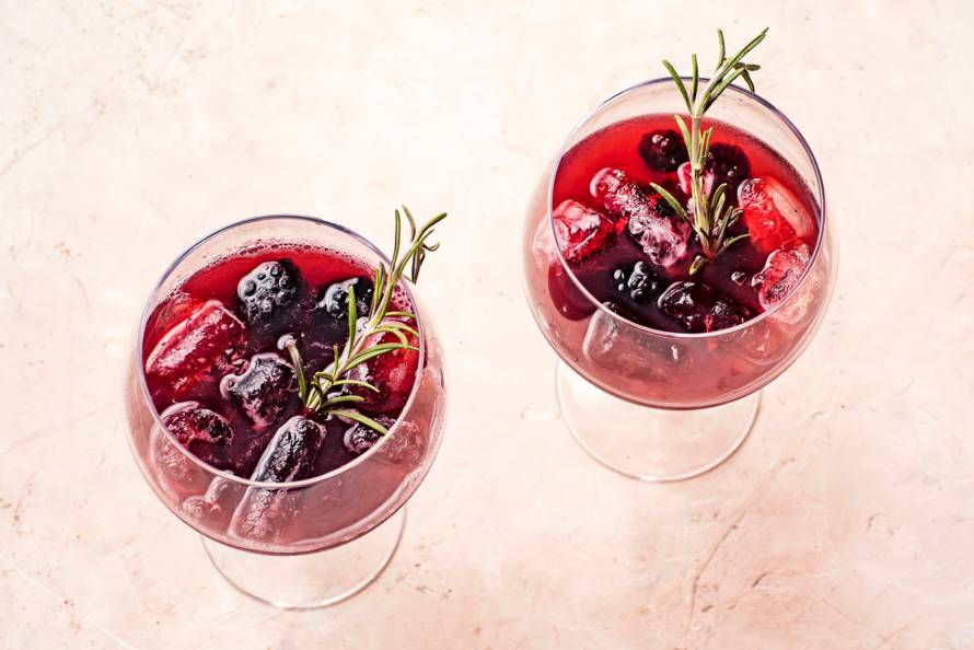 Gin tonic met bramen, rozemarijn en zwarte peper