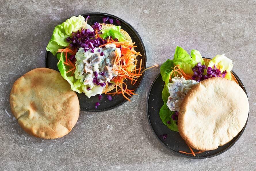 Open pitasandwich met kip-kebabsalade