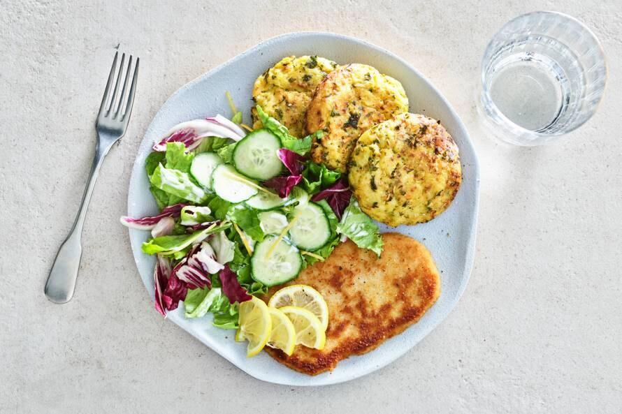 Broccolirösti met vegaschnitzel & komkommersalade