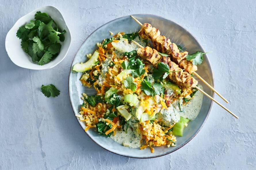Kipspiesjes met groenteroerbak en groene-currydressing