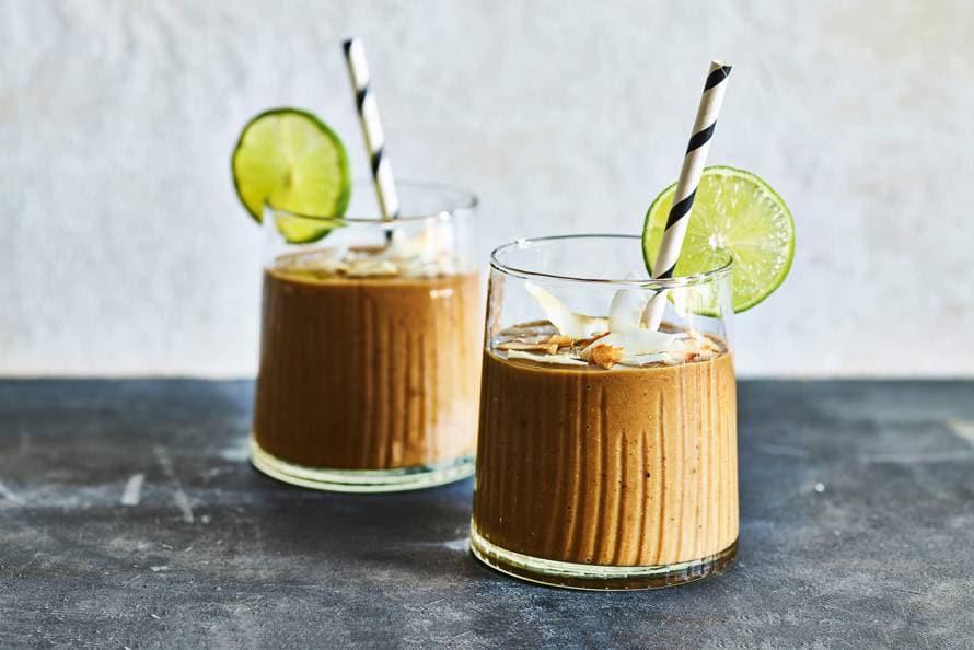 Romige chocosmoothie met avocado & dadels