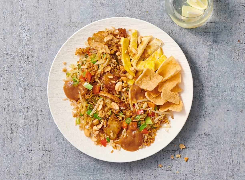 Nasi goreng met vegetarische Kipstuckjes en satésaus