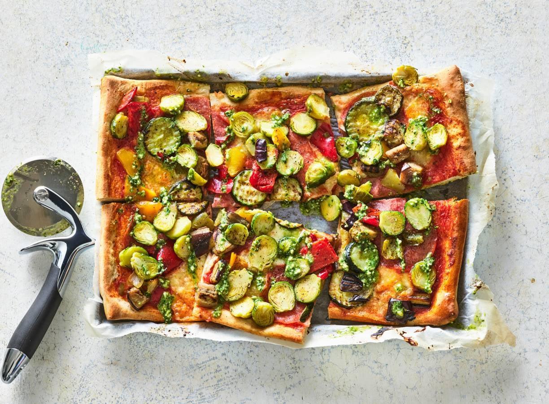 Plaatpizza met spruitjes en salami