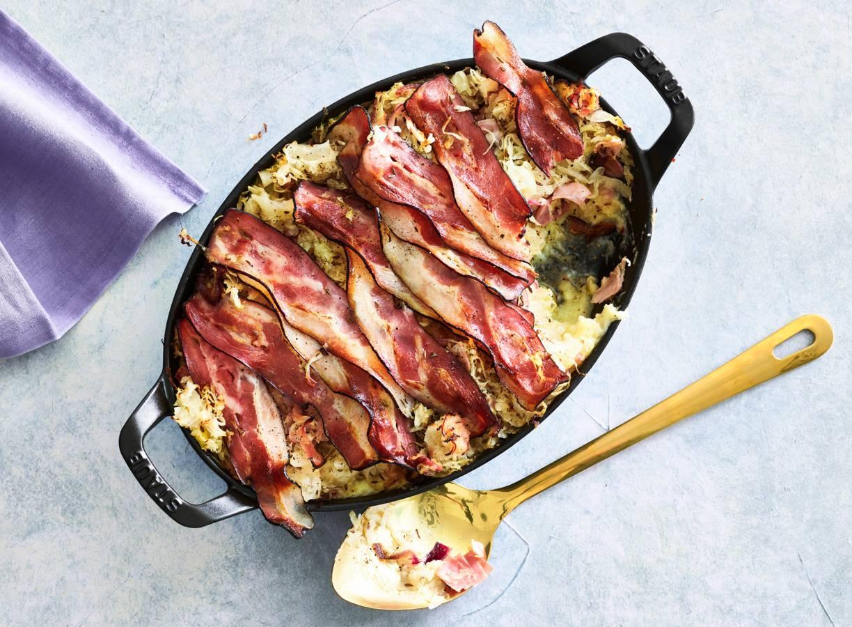Zuurkoolschotel met ham en spek
