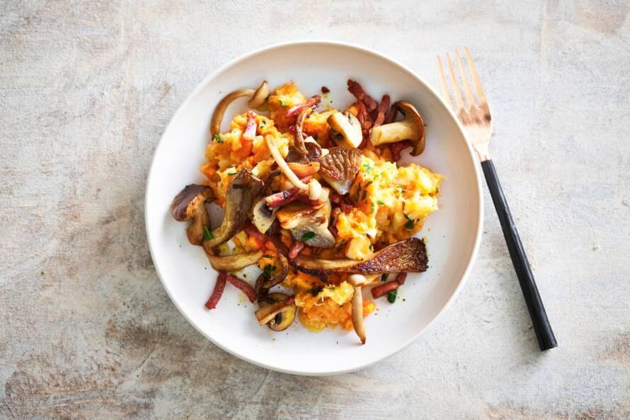 Zoete-aardappelstamppot met pastinaak, spekjes & paddenstoelen
