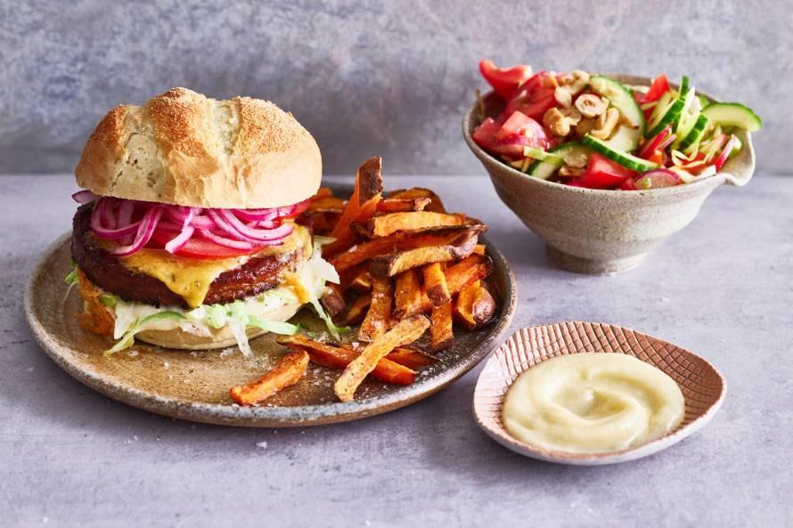 Vegaburger met zoete-aardappelfriet & rauwkostsalade