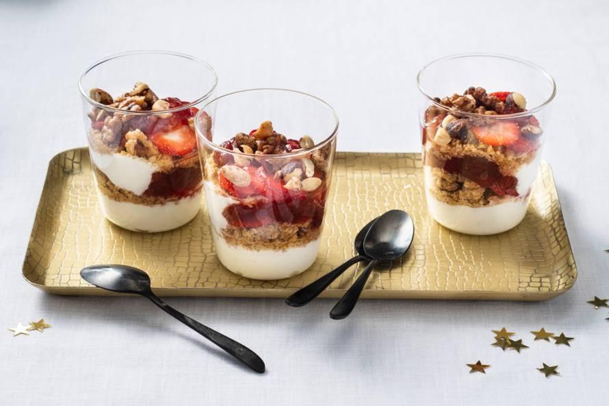 Kwark met aardbeien en haverkoekjes