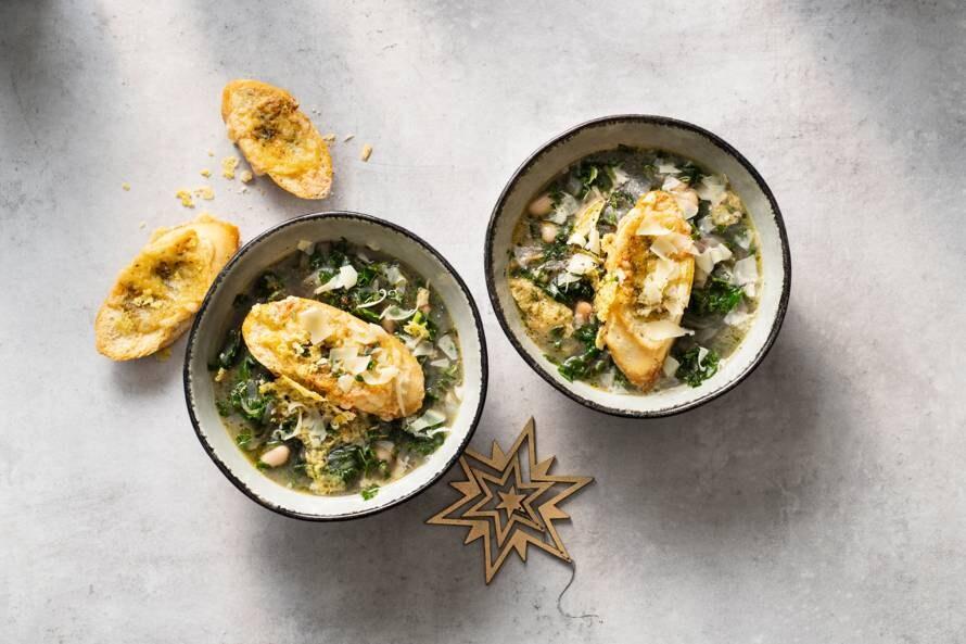 Winterse soep met boerenkool & emmentaler