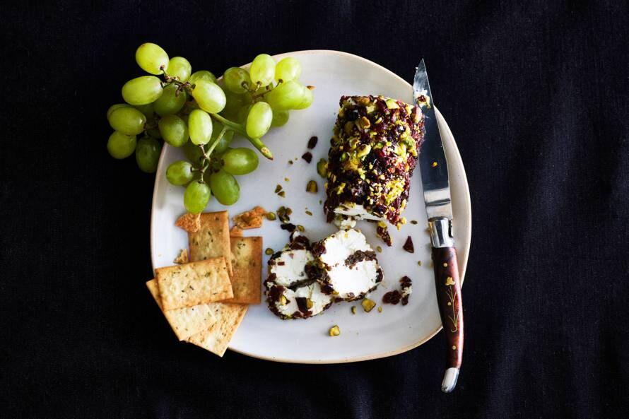 Geitenkaas-truffelrol met pistache-crunch