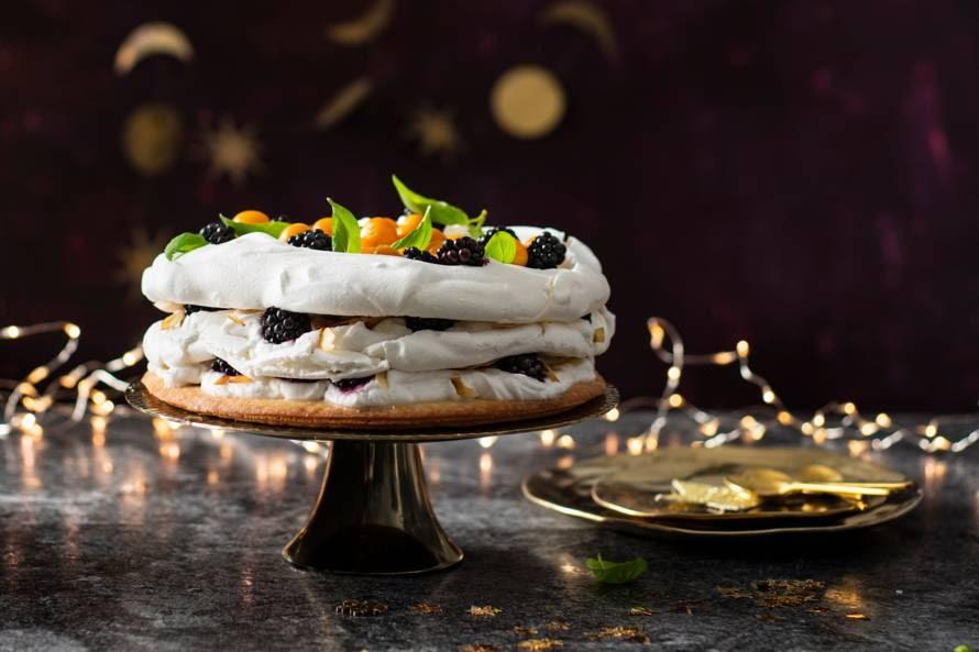 Vegan meringuetaart met amandel en bramen