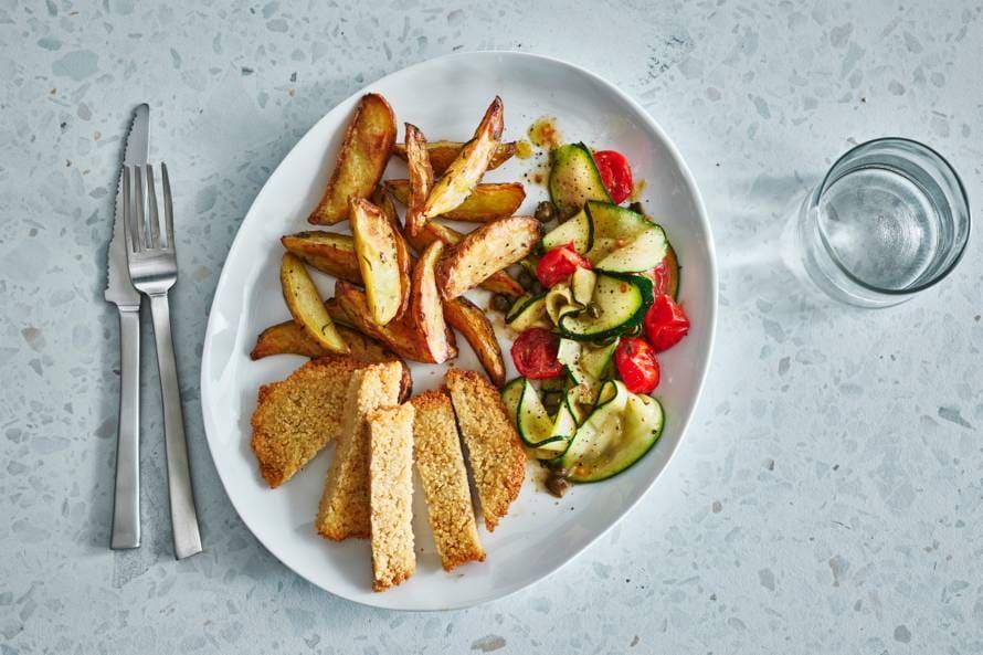 Ovengeroosterde aardappeltjes met vegaschnitzel en courgette