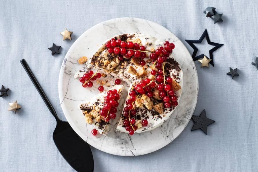 Cantuccini-ijstaart met chocolade en rode bessen