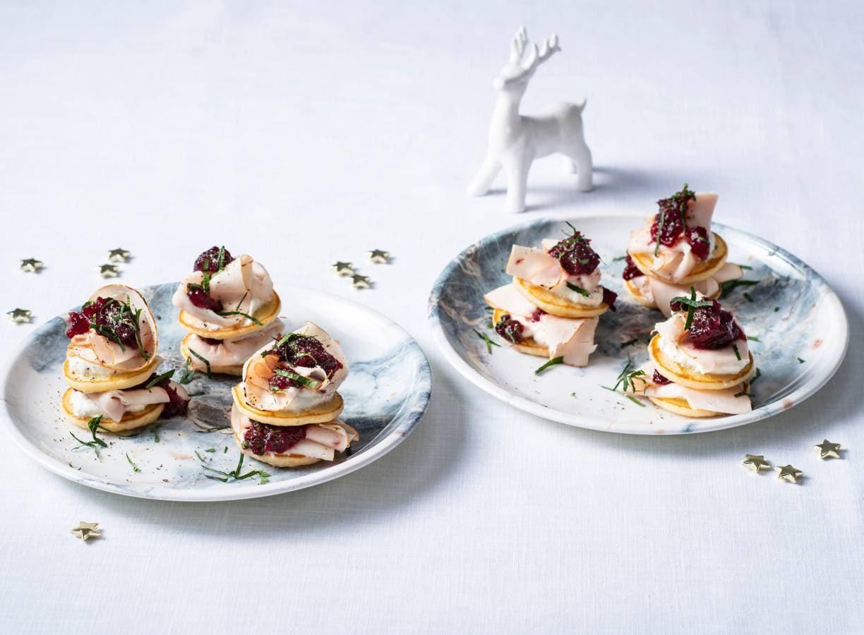 Blini's met citroenricotta, kipfilet & cranberrysaus