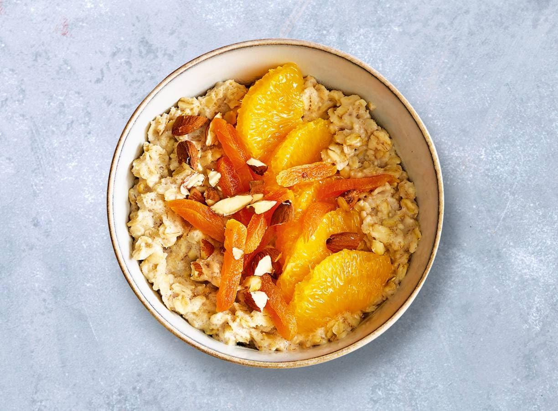Havermoutpap met gedroogde abrikozen en sinaasappel