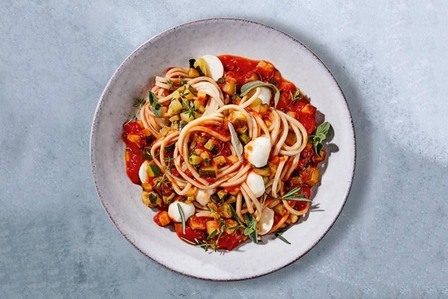 Vegetarische pasta met tomatensaus en mozzarella