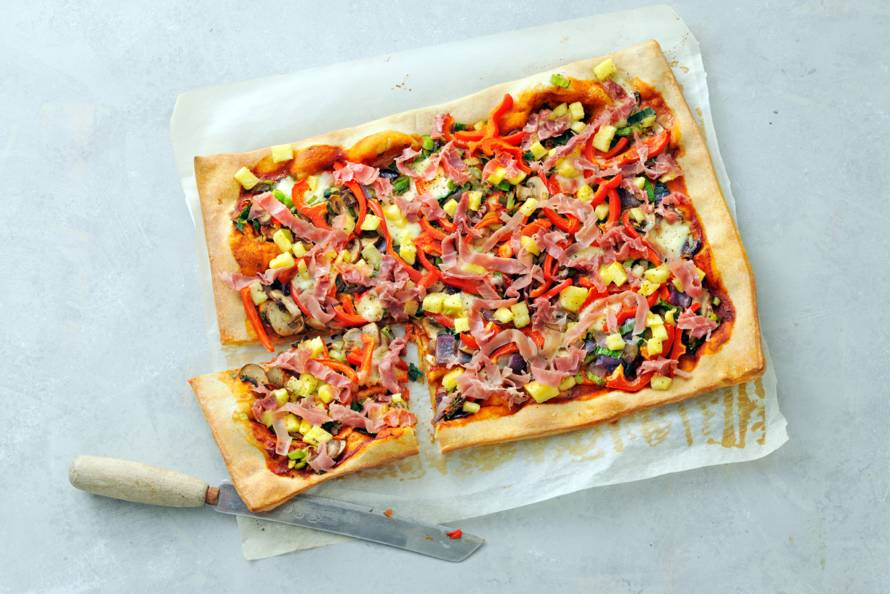 Volkorenpizza met groenten, parmaham en ananas