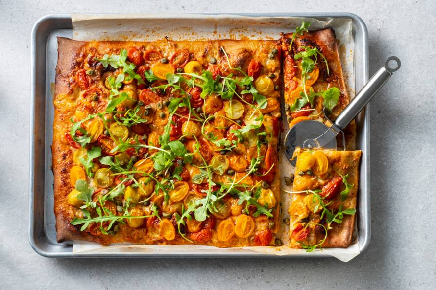 Volkorenpizza met mozzarella, kappertjes en snoeptomaatjes