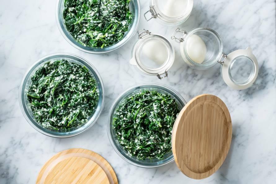 Mealprep met spinazie, hüttenkäse en gekookt eitje