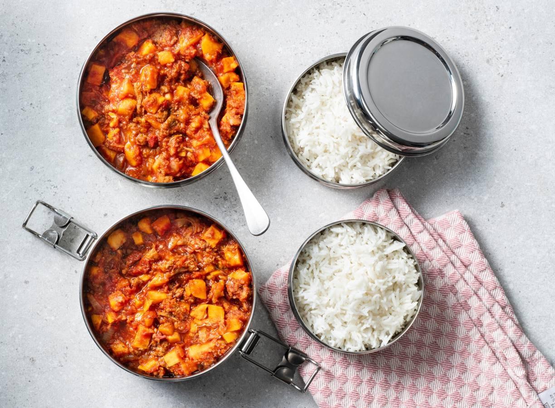 Vegan mealprep met pulled oats, zoete aardappel en pittige tomatensaus