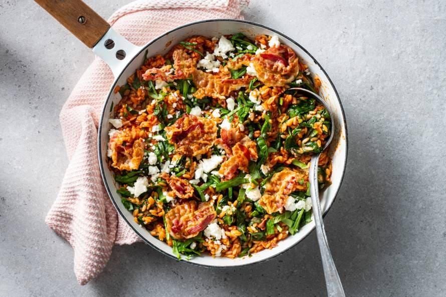 Eenpansgerecht met riso, spinazie en pancetta