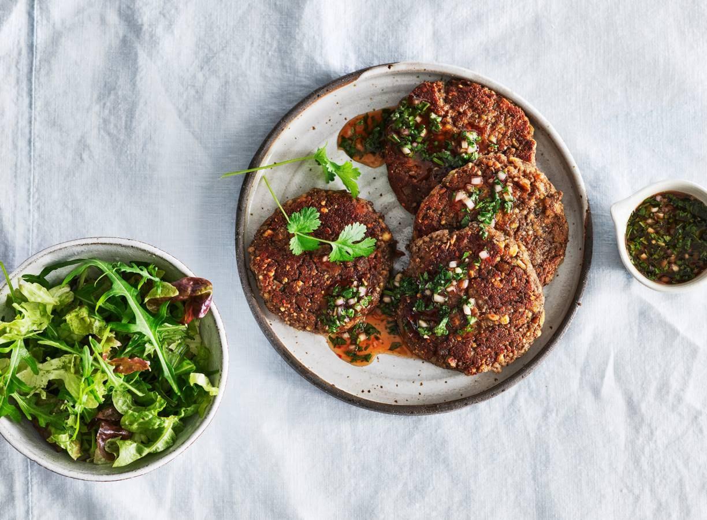 Champignonburgers met pittige koriandersaus
