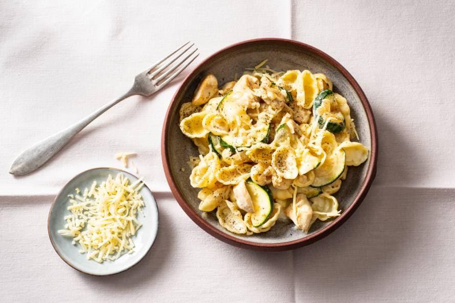Romige pasta met kip en courgette