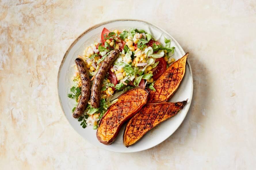 Chipolata met geroosterde zoete-aardappelruiten & maissalade